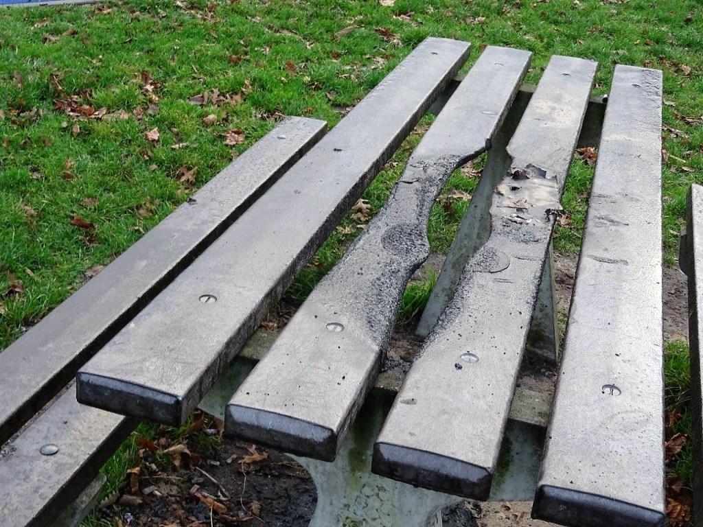 Schade aan picknicktafel in een park te  Voorburg (foto: Ap de Heus).  © Het Krantje