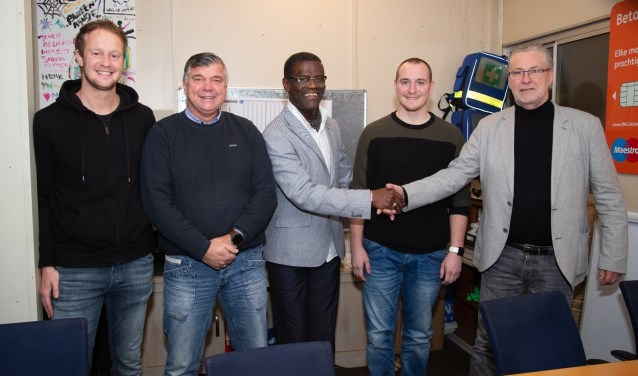 Samenwerking SV Oosterheem met De Buurtvoetbalschool: (v.l.n.r.) Jasper van Viegen (Hoofd Jeugdopleiding SV Oosterheem), Remo Oudshoorn (o.a. eigenaar, jeugdtrainer en KNVB/UEFA B), Jules Lieveld (voorzitter SV Oosterheem), Johnny Fens (sport- en bewegencoordinator en fysiotherapeut), en Ger Fens (o.a. eigenaar, jeugdtrainer en KNVB Uefa B).Foto: Philip Bras