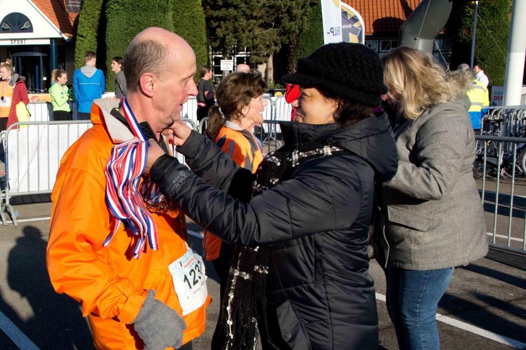 En dan de medaille, een mooi moment na het volbrengen van de sportieve prestatie. Foto: stiefpaparazzi  © Postiljon