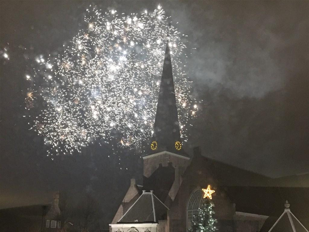 Vuurwerk boven het oude centrum van Voorburg. Nog net is de top van de kerstboom aan de Herenstraat te zien (foto: Anita Streefland).  © Het Krantje