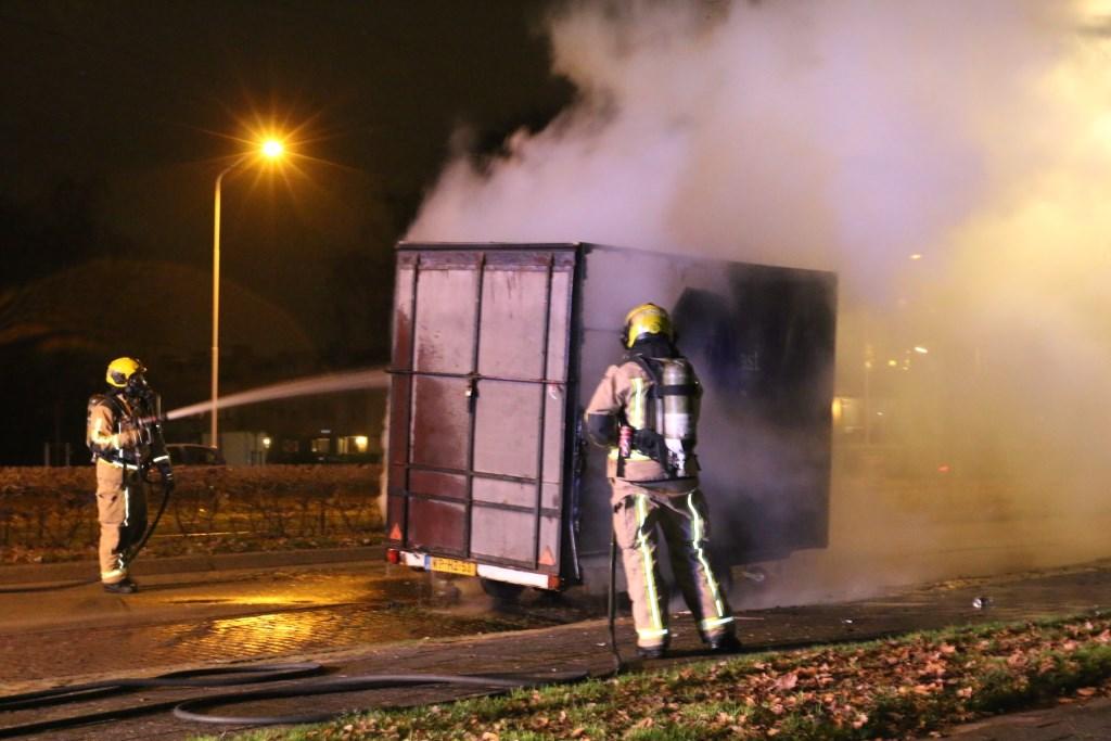 Een aanhangwagen met huisraad ging grotendeels in vlammen op (foto: Ruben van Essen /Regio15). Ruben van Essen © Het Krantje