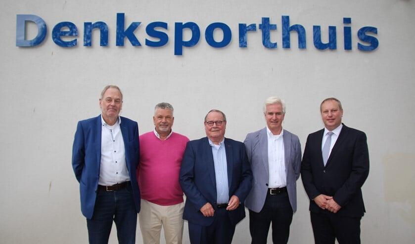Tevreden gezichten. Van links naar rechts: vice-voorzitter Theo van Munnen van de Nederlandse Bridgebond, voorzitter Ben Endlich van Multi Bridge, voorzitter Joop van der Spek van de Stichting Denksporthuys, voorzitter Koos van der Meer van de PBC en sportwethouder Peter Hennevanger.