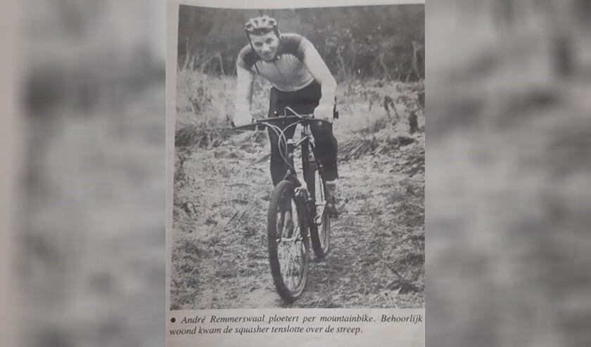 Een jeugdige André Remmerswaal ploetert per mountainbike. (Foto: archief)