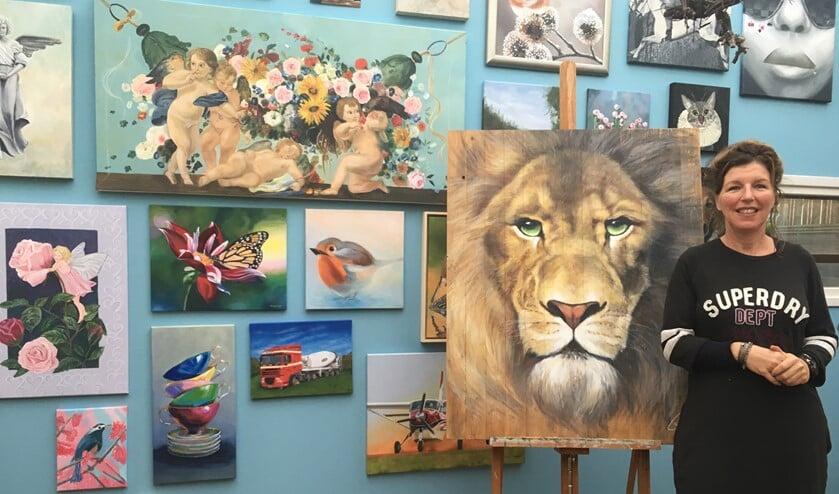 Sonja Janssen bij een van haar prachtige werken.
