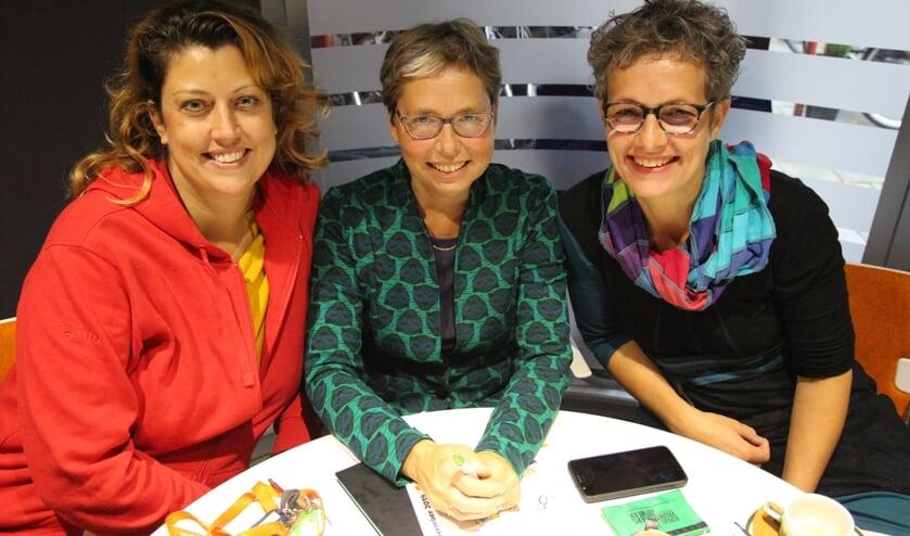 Simone Pont, Francis Bennis en Nienke Oldenhuis vinden het prachtig om de Week van de Mantelzorg te mogen organiseren. Samen met Nelleke van Eck die op de foto helaas ontbreekt.
