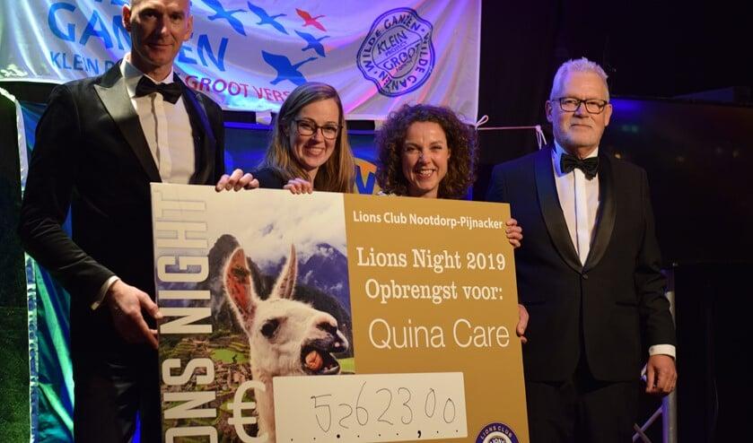 Bestuursleden Yvonne van der Ende en Mariska van de Sande van stichting Quina Care ontvangen een reusachtige cheque van Lions Spreekstalmeester René van Eijk (links) en President Luuk van den Eijk (rechts).