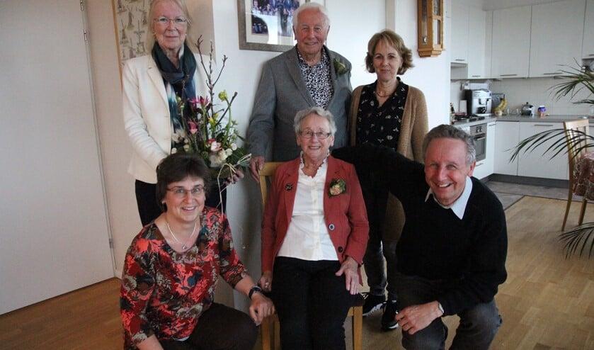 Het diamanten paar met vooraan dochter Annemarie, zoon Bas, en achteraan diens echtgenote Netty en de burgemeester.