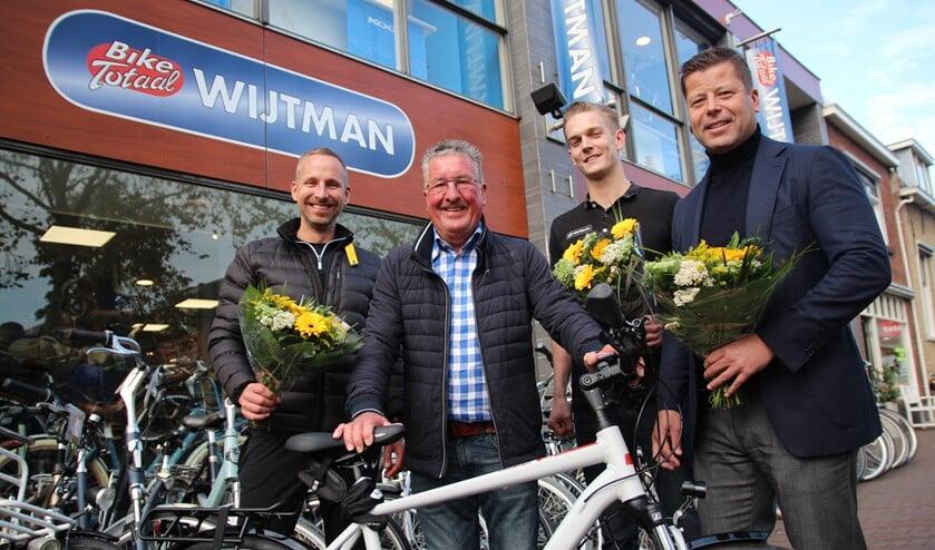 Pleun heeft weer een fiets. Verder op de foto Kevin van Wijtman Tweewielers, actievoerder Jan-Willem Dijksman en zoon Jeroen van den Akker.