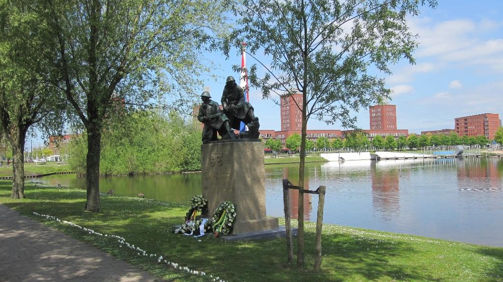 Het Monument Grenadiers en Jagers aan het Böttgerwater te Ypenburg. Foto: Klaas Bouma  © Telstar Uitgeverij B.V