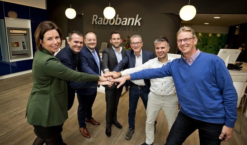 De Rabobank en de gemeente slaan de handen energiek ineen. (foto: Guus Schoonewille)