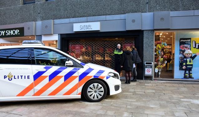 De politie verricht onderzoek bij de overvallen juwelier in winkelcentrum Leidsenhage (foto: Sebastiaan Barel).