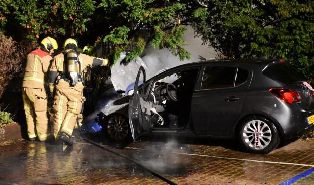 De brandweer kon niet voorkomen dat het motorcompartiment van de auto bijna geheel uitbrandde (foto: Sebastiaan Barel).