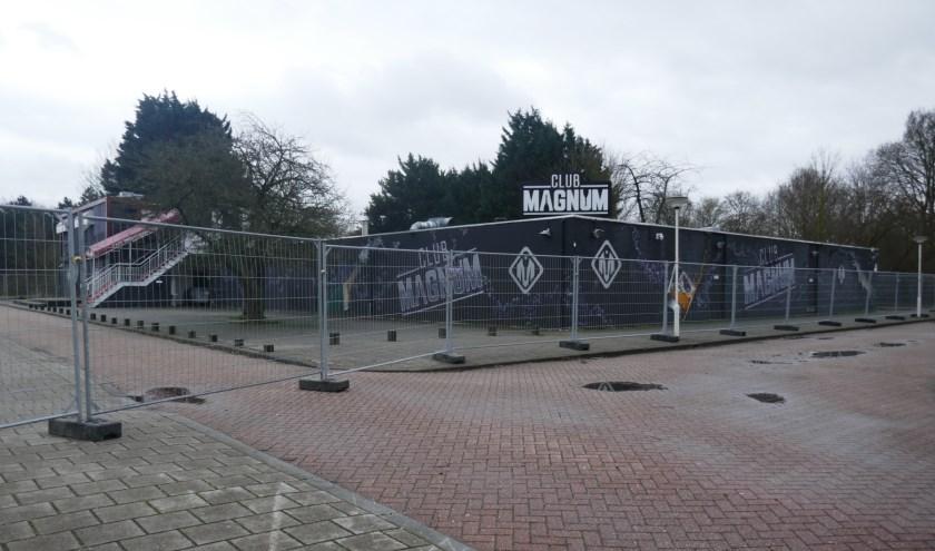 Het gebied rond Club Magnum en restaurant El Sultana in het Van Tuyllpark is inmiddels afgezet met hekken en er zijn extra camera's opgehangen. Foto: Jan van Es