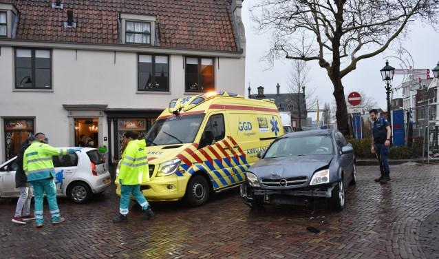 Enkele personene werden nagekeken in de ambulance, maar hoefden niet naar het ziekenhuis (foto: Sebastiaan Barel).