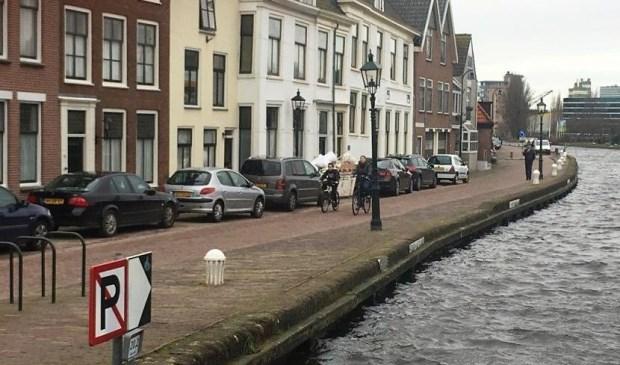 Parkeren langs de oever wordt onmogelijk gemaakt op de Delftsekade (foto: gemeente LDVB).