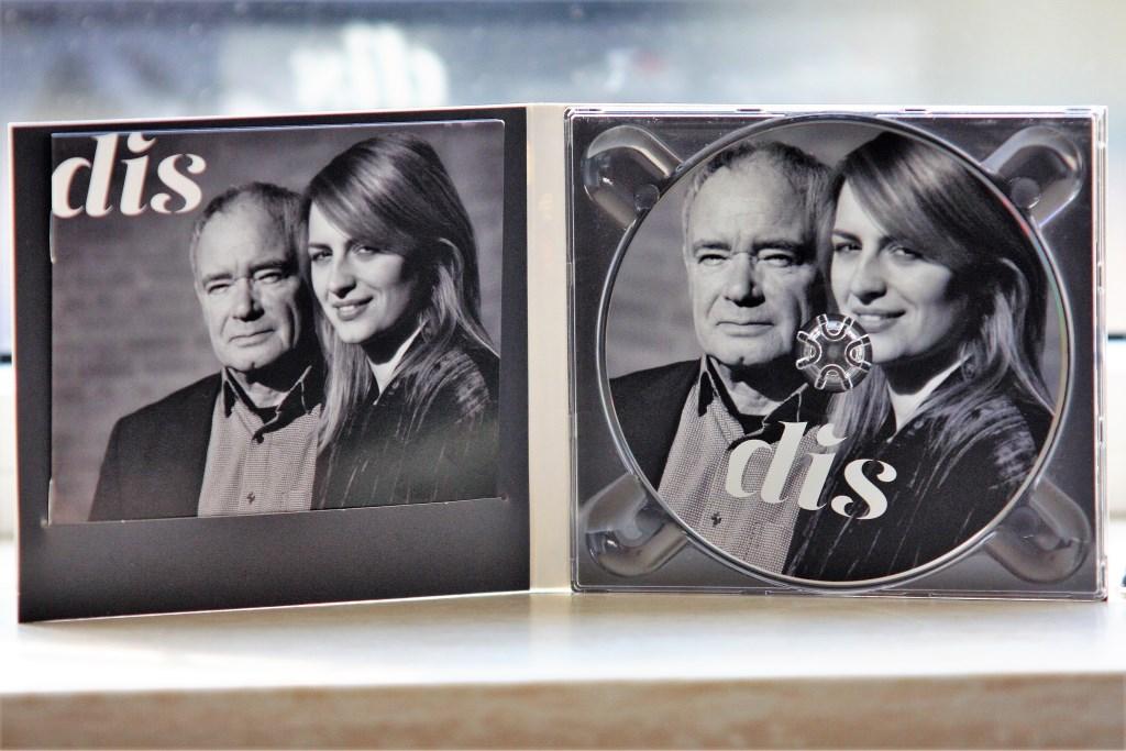 De cd 'DIS' met tekstboekje, waarin alle bezongen gedichten geschreven staan.  © Het Krantje