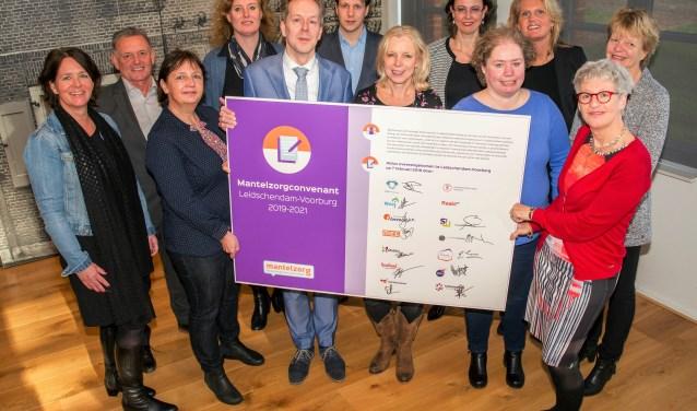 Het Mantelzorgconvenant werd ondertekend door wethouder Rouwendag van de gemeente Leidschendam-Voorburg en 13 partners (foto: gemeente LDVB).