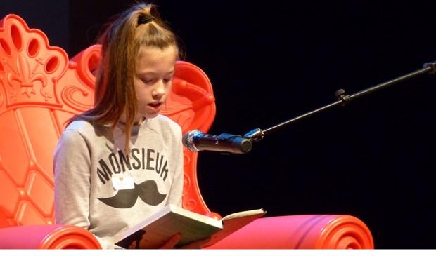 Robyn Keijzer wint de voorleeswedstrijd in theater Ludens. (Foto: © de Bibliotheek aan de Vliet)