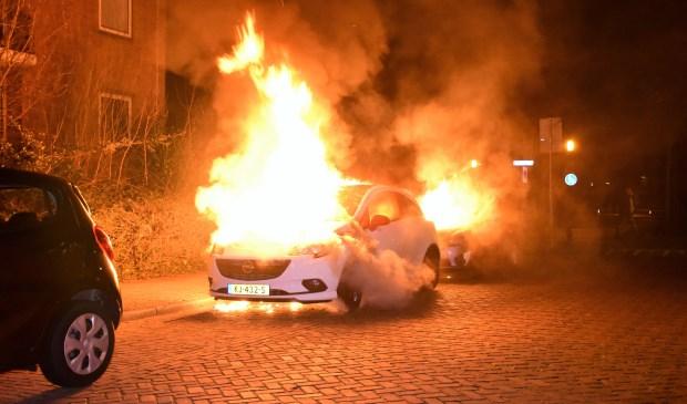 Twee auto's aan de Savallelaan gingen in vlammen op, afgelopen nacht (foto: Sebasitaan Barel).