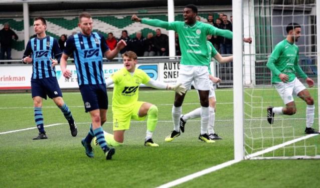 Westlandia-Forum Sport, de 2-3: Du Chatenier, De Bruin & keeper Jouvenaar zijn boos; o.a. El Yddri (ex-RKAVV, rechts) niet (foto: AW).  © Het Krantje