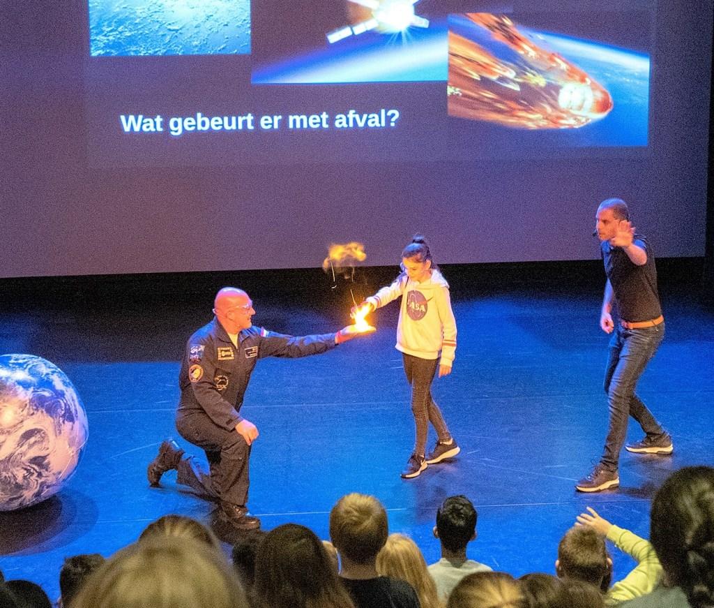 Experiment met André Kuipers op het podium van Theater Ludens (foto: Michel Groen). Michel Groen © Het Krantje