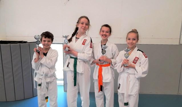 De karateka Thorben, Tess, Dagmar en Sophie van Tejima Sport die in de prijzen vielen (foto: pr).