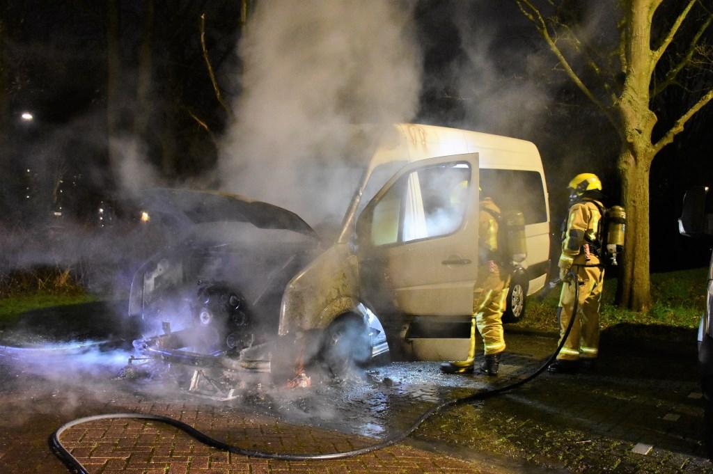 Voor de tweede achtereenvolgende avond ging er een busje in vlammen op gegaan aan de Prins Johan Willem Frisolaan (foto: Sebastiaan Barel).  © Het Krantje