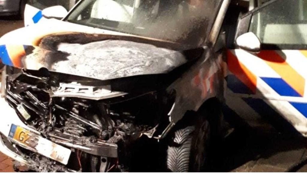 De half uitgebrande politieauto (foto: politie LDVB).