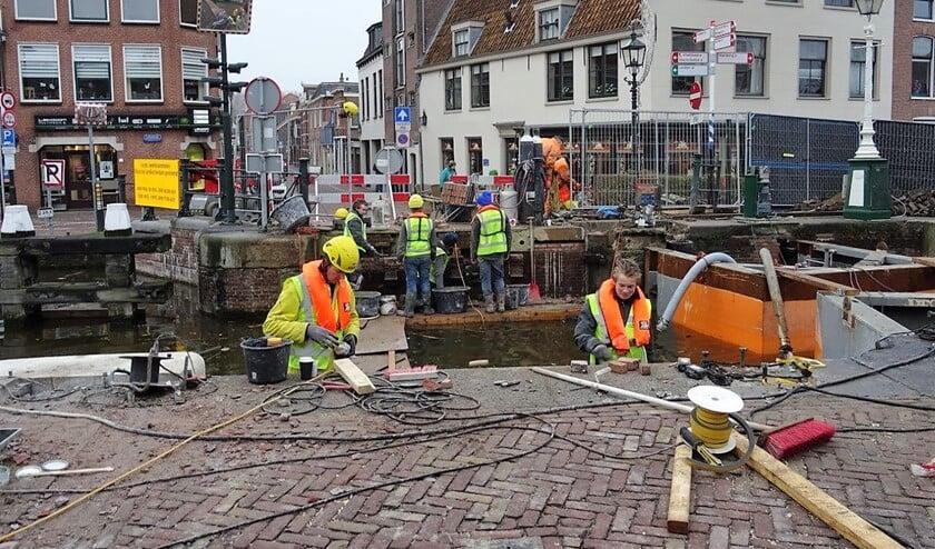 Er wordt met man en macht gewerkt om de sluis en de sluisbruggen op tijd klaar te krijgen (foto: Ap de Heus).
