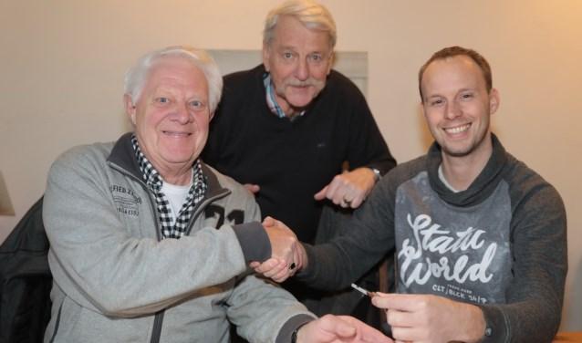 Na ondertekening werd de nieuwe accommodatie aan de Jeu de Boules Club Zoetermeer overgedragen door middel van het geven van een handdruk en de sleutel. Foto: Jan van Es