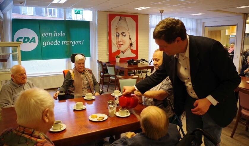 De koffie werd ditmaal door politici ingeschonken.