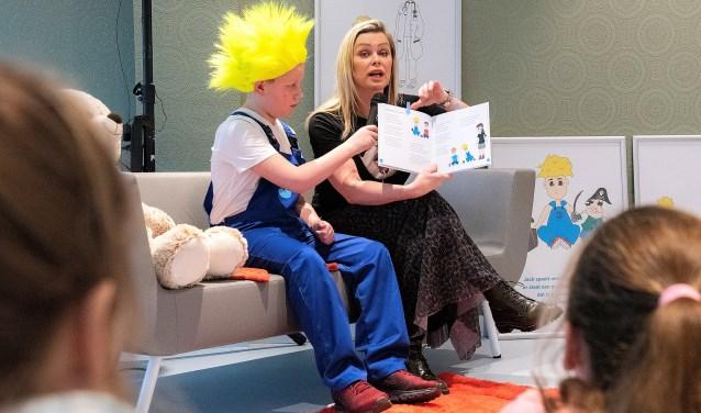 Tv-presentatrice Bridget Maasland las groep 5 van basisschool RKBS Maria Bernadette voor uit de gedichtenbundel 'Ik ben Jack' (foto: Michel Groen).