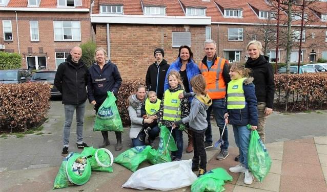 Het gemeentebestuur liet zich op het Van Faukenbergeplein zien, in de personen van de wethouders Astrid van Eekelen van duurzaamheid en Nadine Stemerdink van openbare ruimte (foto: Ap de Heus).