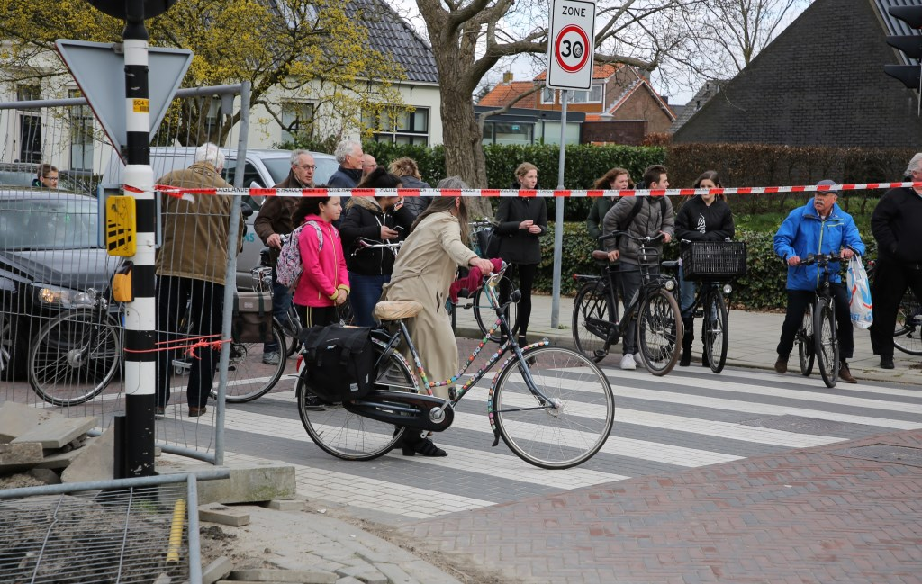 Geschokte fietsers aan de overkant wachten af. Foto: Spa-Media  © Postiljon