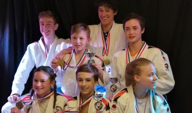 Enkele Nederlands Jiu-Jitsu Kampioenen met hun medailles. Foto: pr