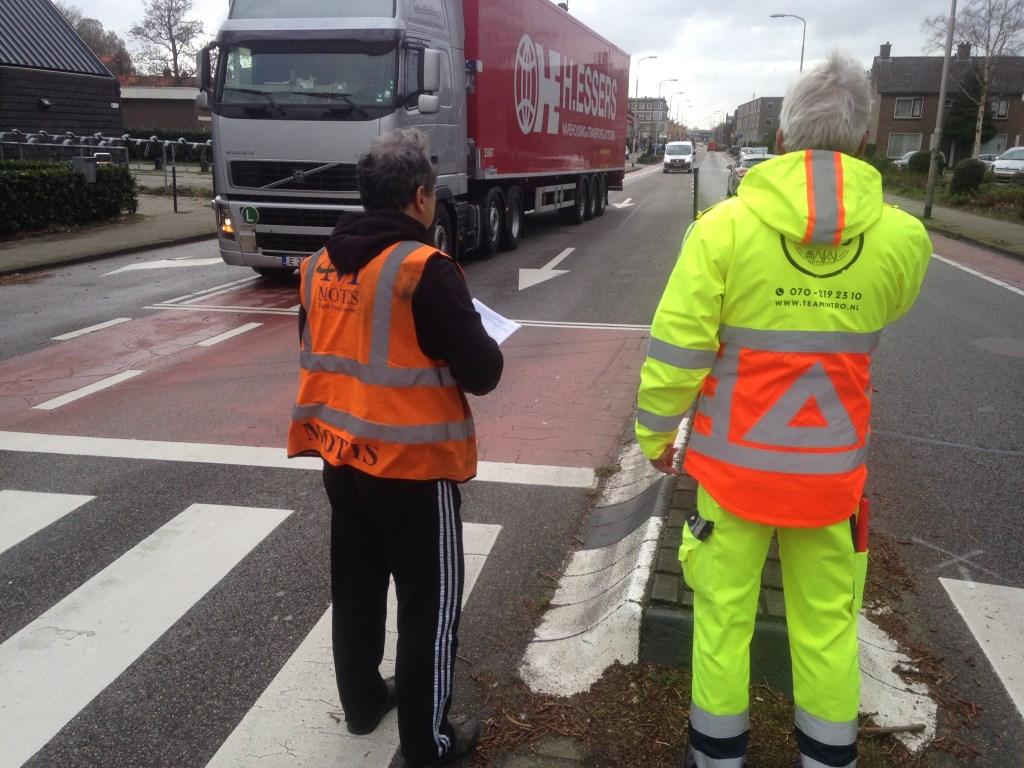 Overleg tussen verkeersregelaar en chauffeur: hoe kom ik bij Nutricia?  © Postiljon