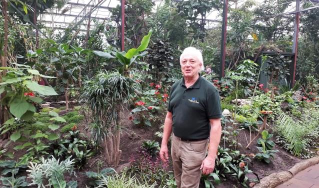 Jan ('Vlinderman') Kienjet in de bijzondere tropische vlindertuin, die inmiddels is uitgegroeid tot een volwaardige en erkende kleine dierentuin.