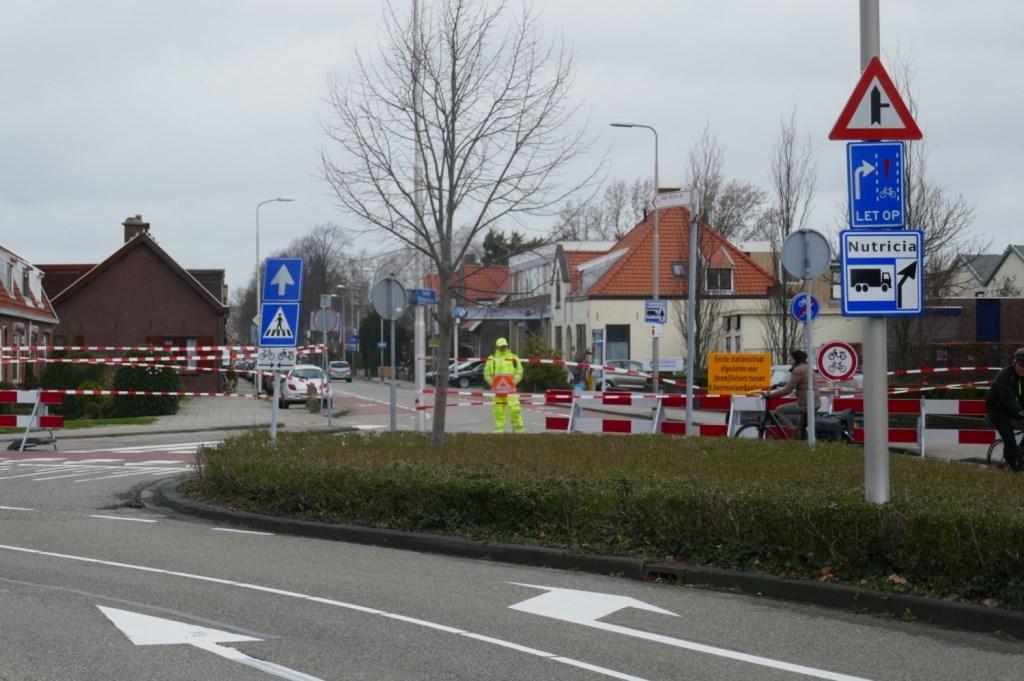 Nogmaals de situatie gezien vanaf de Dr. J.W. Paltelaan, let ook op het bordje vrachtverkeer Nutricia. Foto: Jan van Es  © Postiljon