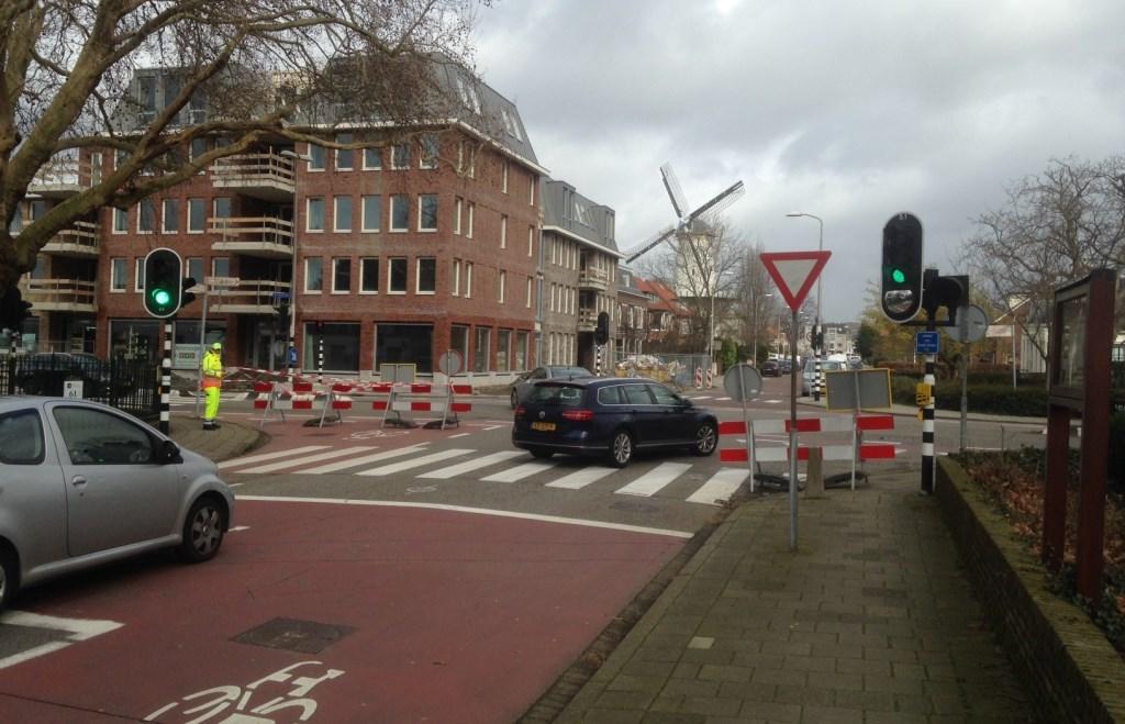 Autoverkeer op de Eerste Stationsstraat gaat rechtsaf de Oranjelaan op. Foto: Peter Zoetmulder  © Postiljon