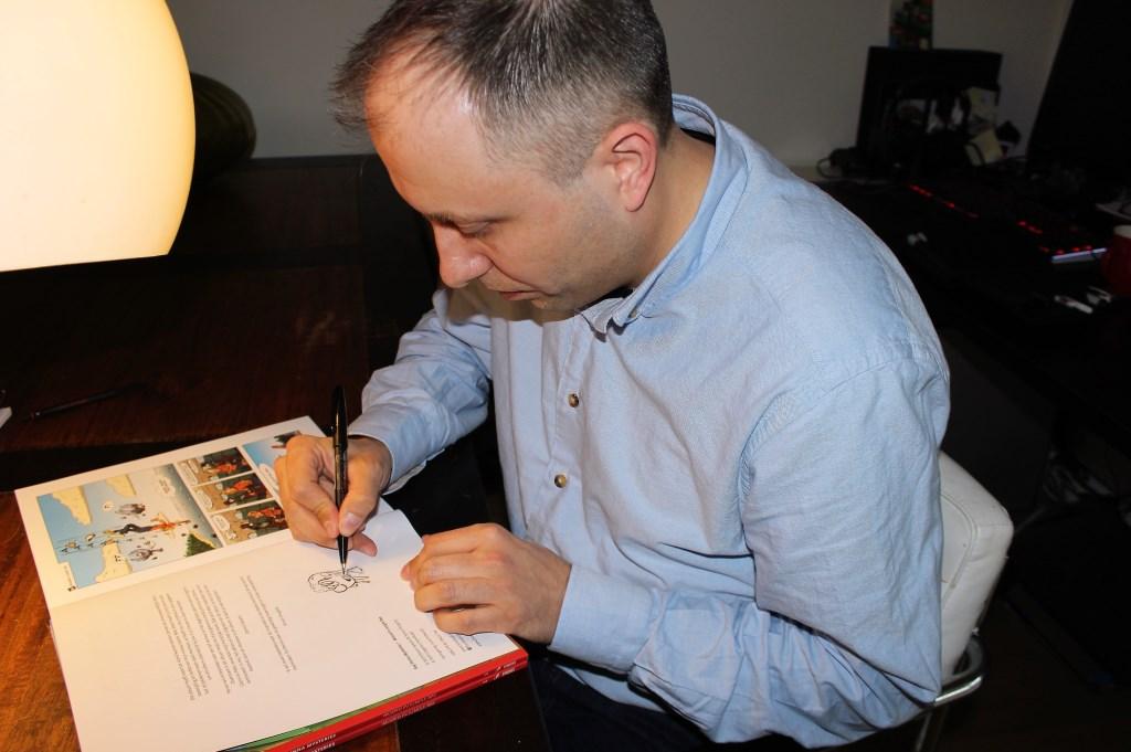 Dennis Spaans signeert zijn eerste eigen stripalbum (foto: DJ).  © Het Krantje