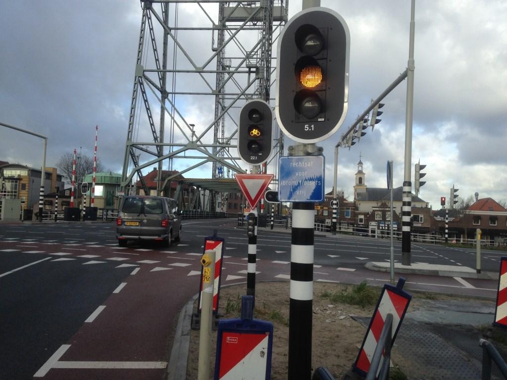 De hefbrug in Waddinxveen, komende vanaf Gouda/Reeuwijk (Brugweg) vanuit de polder.  © Postiljon