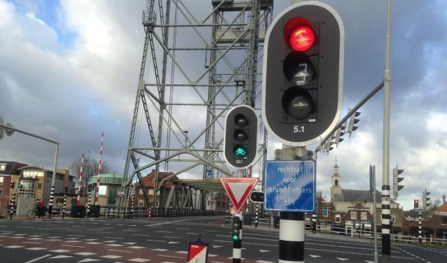 Eerst groen voor de fietsers. De aanpak bij de hefbrug kan mogelijk als voorbeeld dienen voor de Eerste Stationsstraat. Foto's: Peter Zoetmulder / Postiljon
