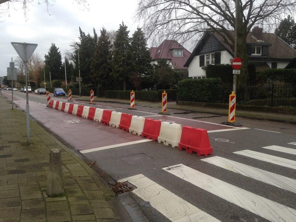 Zogeheten 'barriers' aan het einde van de Eerste Stationsstraat bij de bocht naar de Karel Doormanlaan.  © Postiljon
