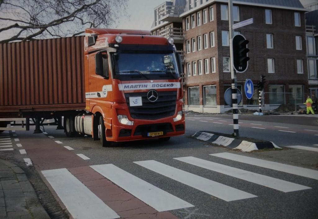 De draaicirkel voor vrachtwagens rechtsaf (rechts de vluchtheuvel / opgehoogde middenberm). Foto: Jan van Es  © Postiljon