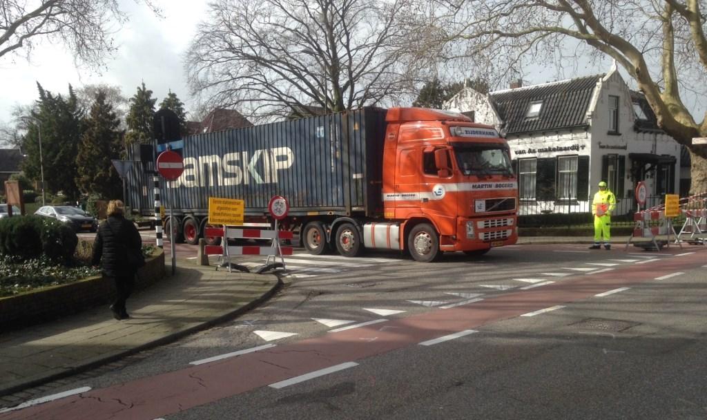 Vrachtverkeer op de Eerste Stationsstraat is nog steeds toegestaan, met een verkeersbegeleider in de cabine tot aan het kruispunt. Foto: Peter Zoetmulder  © Postiljon