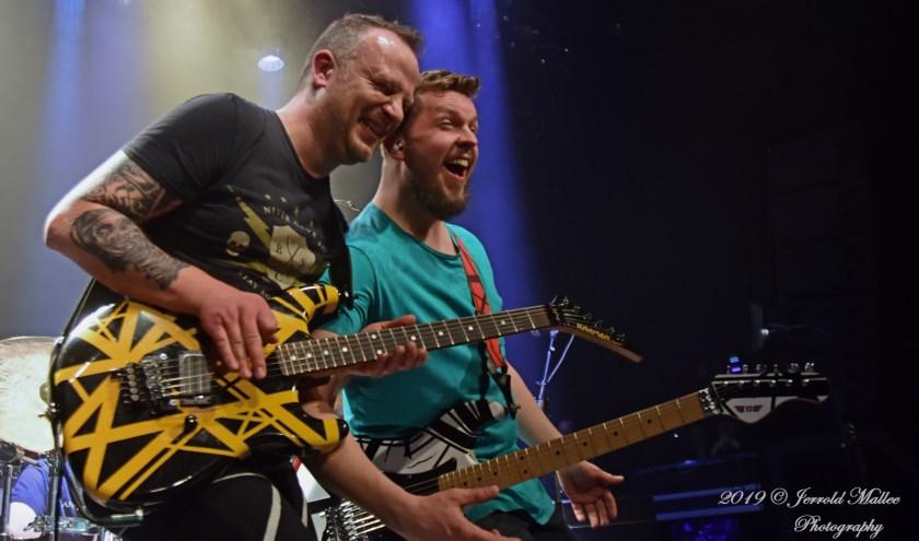 Van Halen 5150: gitaristen Conrad Hultermans met Sebas Honing. Tekst en foto: Jerrold Mallee