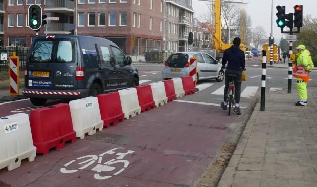 Het nieuwe, extra verkeerslicht voor fietsers op de hoek Eerste Stationsstraat / Karel Doormanlaan gaat als eerste op groen. Pas als het weer op rood staat, gaat het verkeerslicht voor auto's op groen. Tekst: Peter Zoetmulder / Foto: Jan van Es