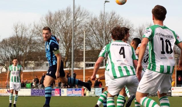 Met 10 man kopt Mike de Graaf (Forum Sport) de 2-1 binnen tegen top 3 club Kloetinge (foto: AW).