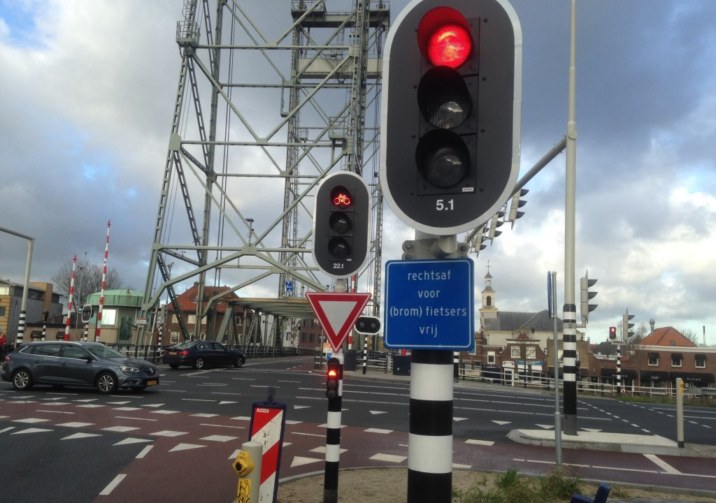 Het achterste verkeerslicht zal als eerste op groen gaan.  © Postiljon
