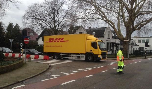 De vrachtwagens die over de Eerste Stationsstraat van Nutricia naar de kruising Oranjelaan/Karel Doormanlaan rijden worden momenteel begeleid door personeel van de fabriek en verkeersregelaars. Foto's: Peter Zoetmulder / Postiljon